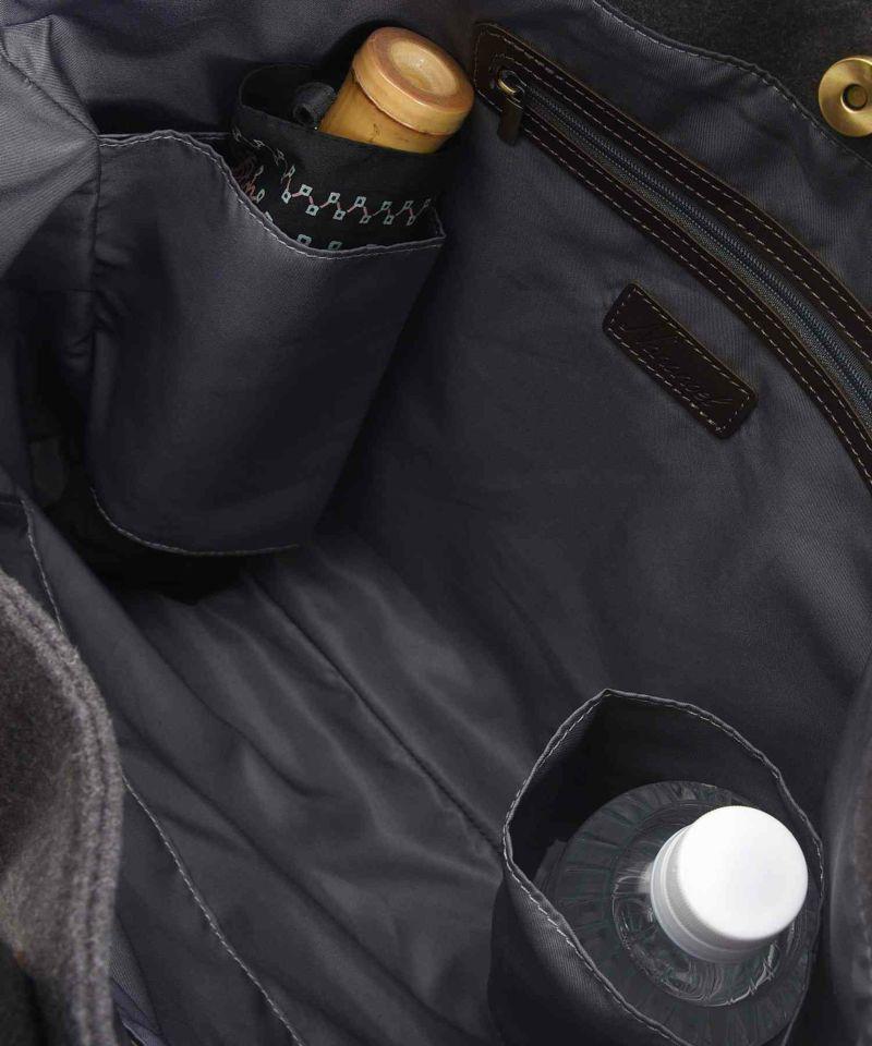 両サイドにペットボトルや折りたたみ傘が収納出来るポケットを完備